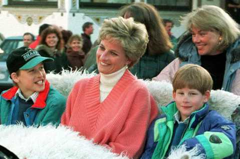 英國皇室在全球各地擁有不少粉絲,大小事都能成為熱門話題。以往黛安娜王妃是英國皇室的人氣冠軍,在她去世之後,兩個兒子威廉與哈利王子受歡迎度急起直追,在他們各自結婚後,彼此的妻子凱特與梅根也成為外界矚目...