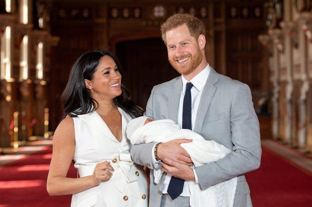 哈利與梅根抱著兒子亞契見記者,卻小心不讓臉蛋全部曝光。圖/路透資料照片