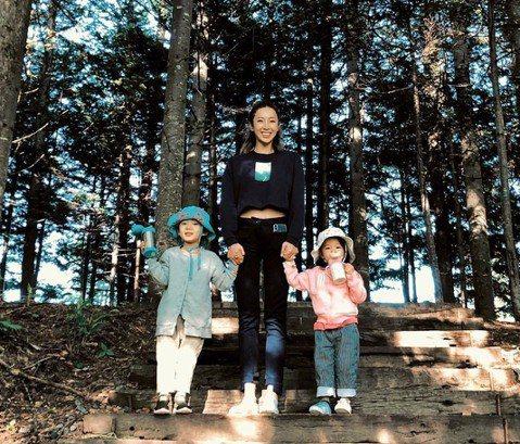 隋棠和老公Tony帶3個孩子到北海道旅行,她在IG上透露,這次旅行做了一個「勇敢的決定」,把孩子們交給寶寶俱樂部,夫妻倆甜蜜約會,在美景前緊擁合照,閃瞎網友,但結束累翻的登山越野後,夫妻倆仍放心不下...