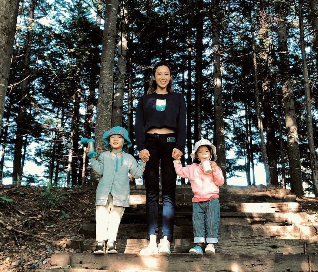 隋棠帶孩子們到北海道旅行。圖/截圖自IG