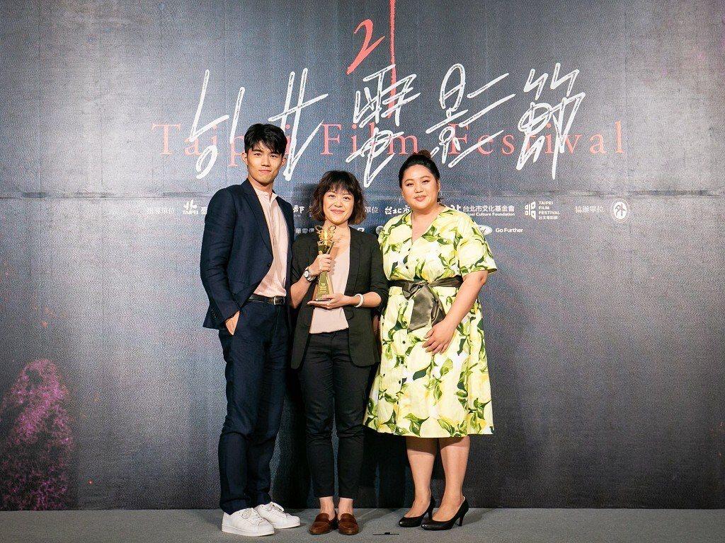 新銳導演謝沛如(中)的首部長片「大餓」奪得觀眾票選獎!圖/台北電影節提供