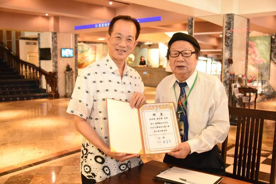 台灣前輩畫家詹浮雲(右)與臺灣藝術研究院院長林富男(左)合影。圖/林富男提供