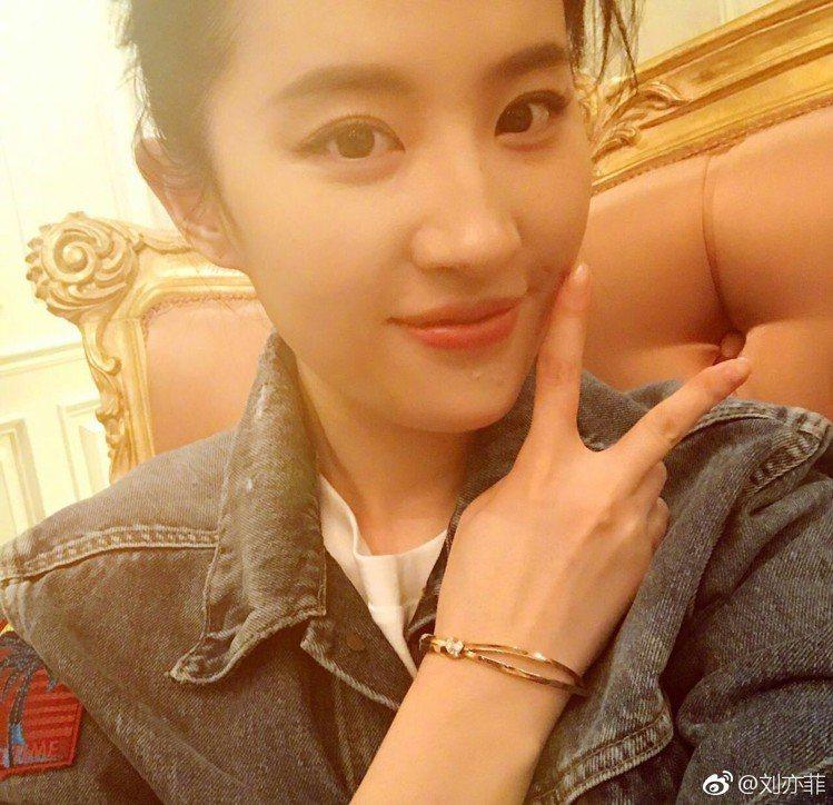 人氣女星劉亦菲也曾在微博上,秀出Chaumet致贈的禮物。圖/摘自微博