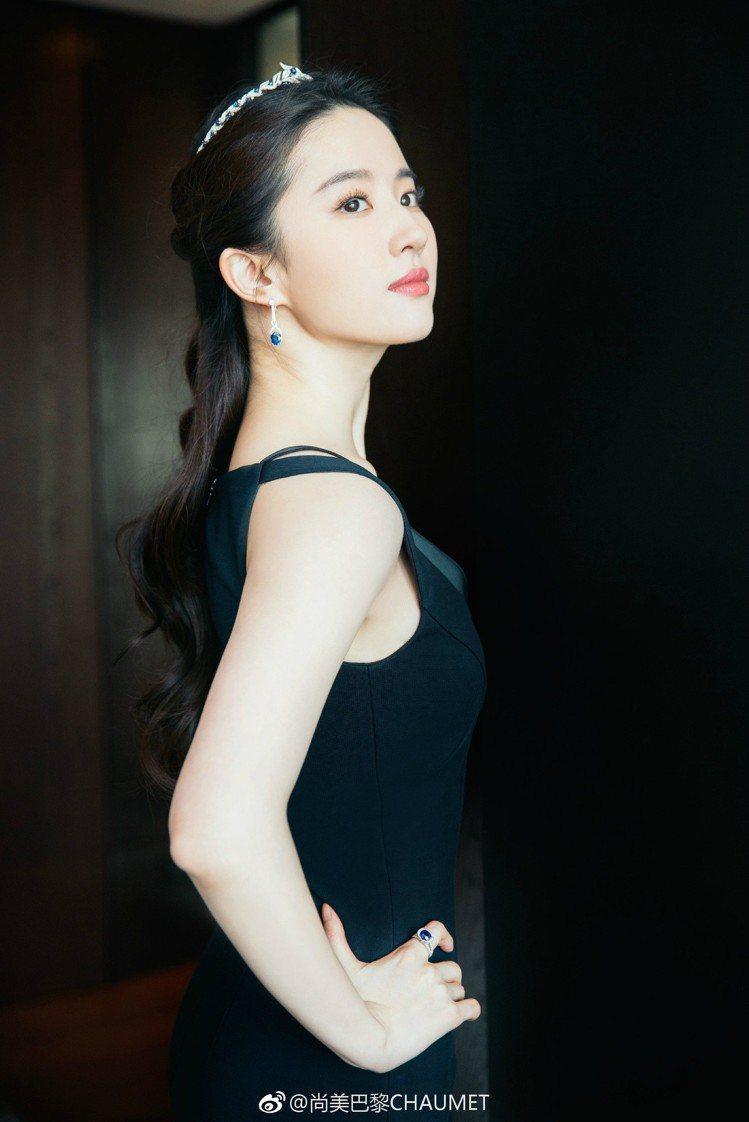 在成為品牌大使之前,Chaumet就曾找劉亦菲出席品牌活動,並戴上招牌冠冕。圖/...