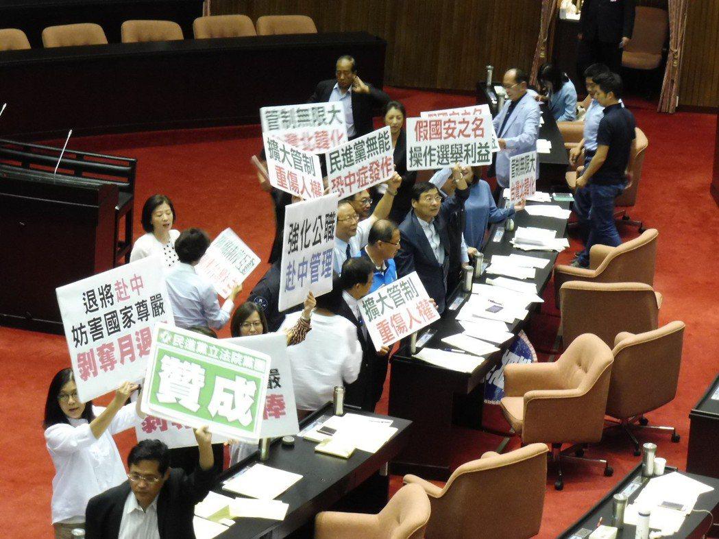 國民黨團反對兩岸人民關係條例修法。 記者賴于榛/攝影