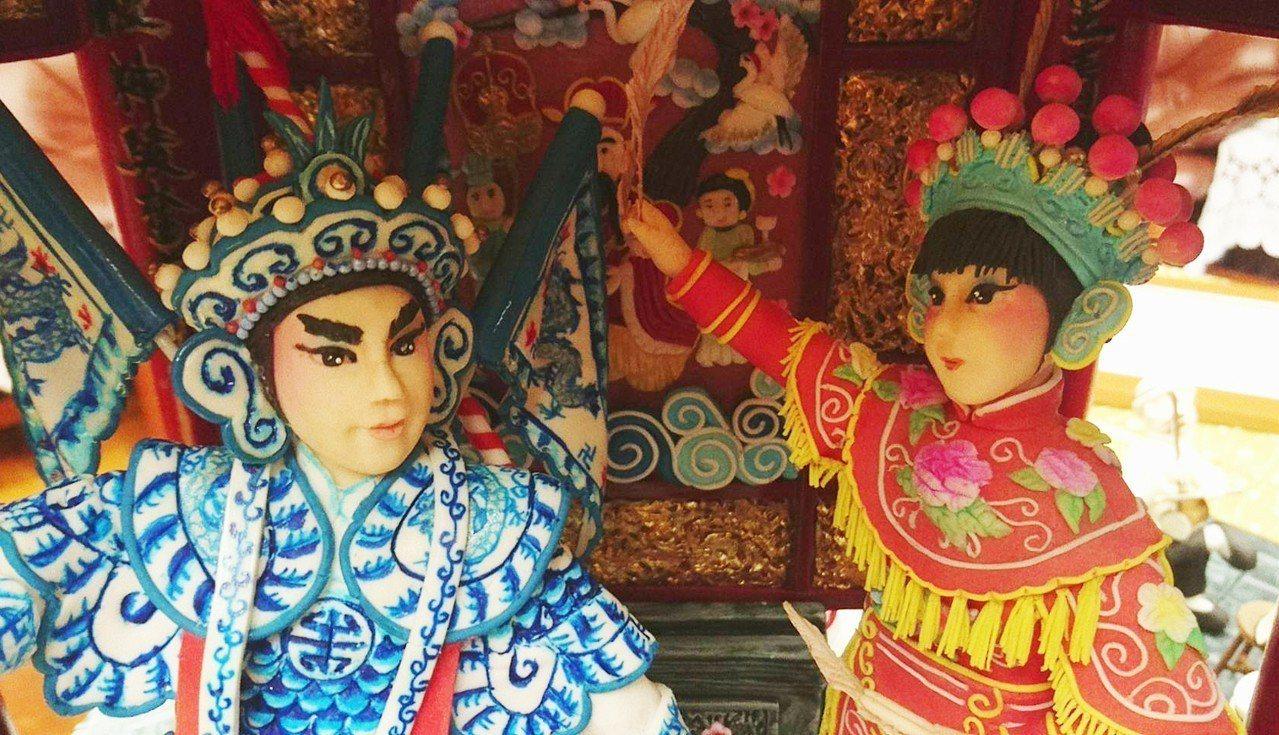 蕭仁孟的翻糖作品精雕細琢,360度都有景,戲台美侖美奐外,台上男女主角、前場樂師...