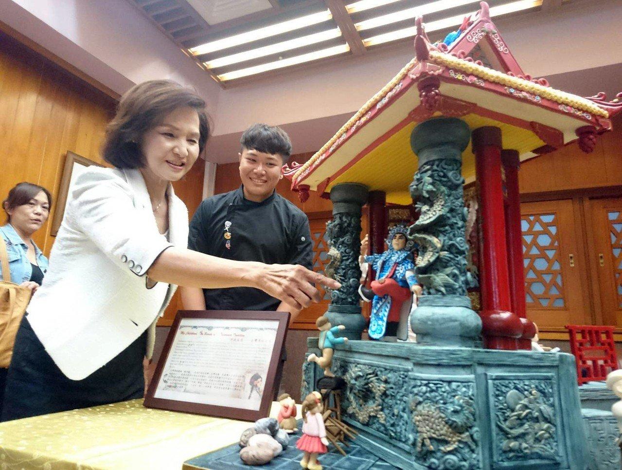 宜蘭縣長林姿妙今天表揚,欣賞作品,對蕭仁孟的表現,稱讚是台灣之光。記者羅建旺/攝...