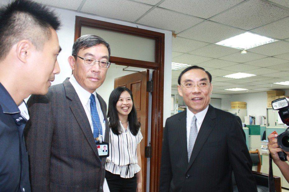 北檢檢察長邢泰釗(左2)澄清偵辦管中閔案絕無「政治追殺」。  本報系資料照片