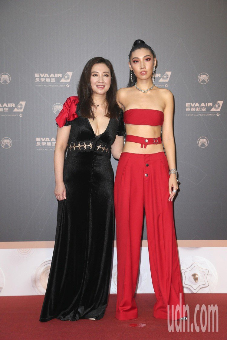 嘻哈女歌手林愷倫Karencici (右)今年以超辣裝扮,並帶著爆乳造型的媽媽一...