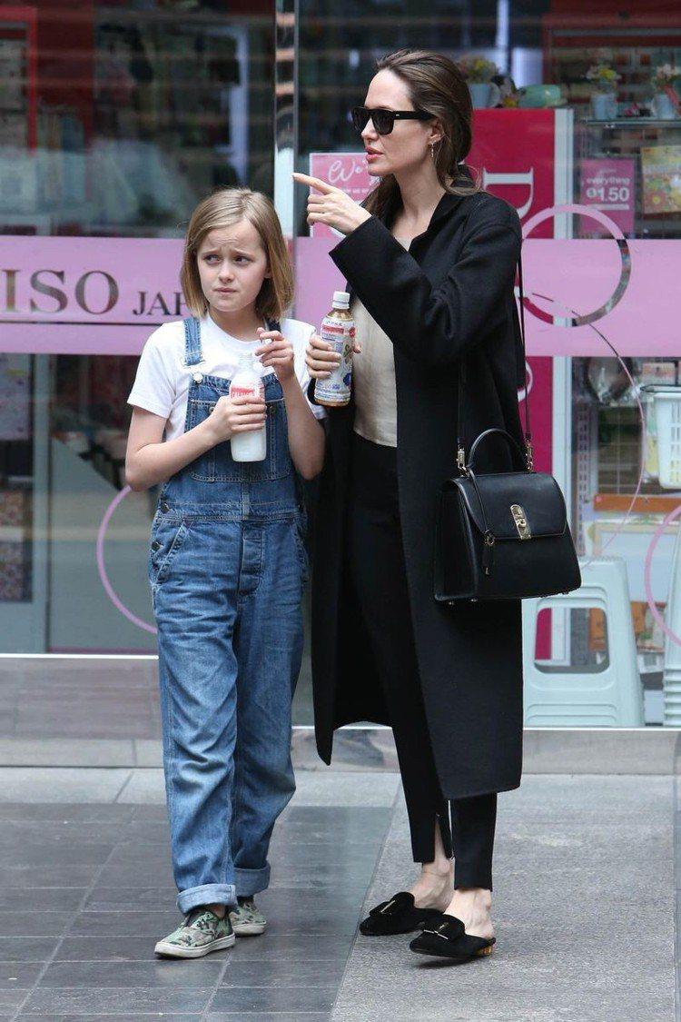 安潔莉娜裘莉肩背BOXYZ黑色牛皮包。圖/Salvatore Ferragamo...