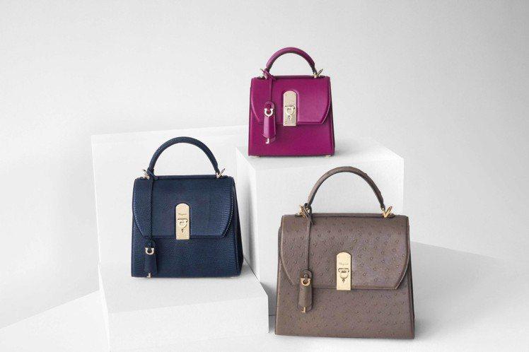 (左至右)BOXYZ深藍色蜥蜴皮提包(中),21萬3,000元。BOXYZ櫻桃色...