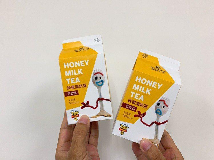 蜜蜂工坊玩具總動員蜂蜜濃奶茶7月8日起加碼再推出隱藏版人物「叉奇」版本,售價35...