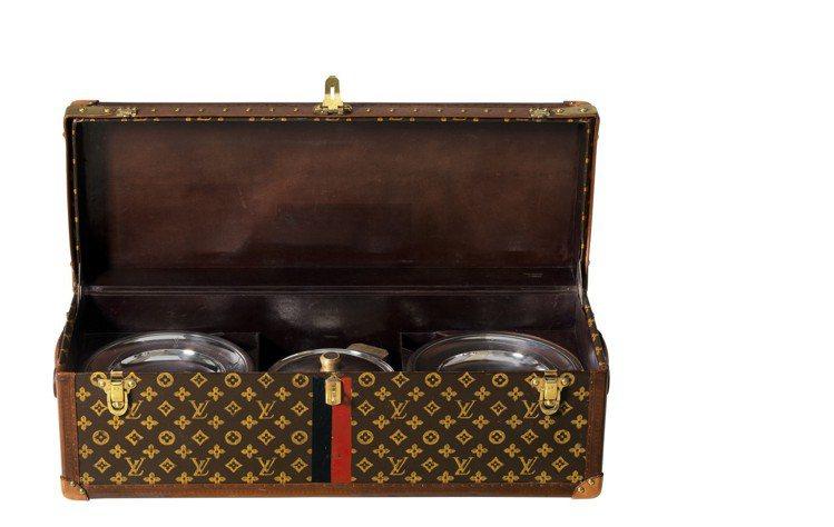 Monogram帆布製成的餐盒,是Youssouf Kemal在1926年的收藏...