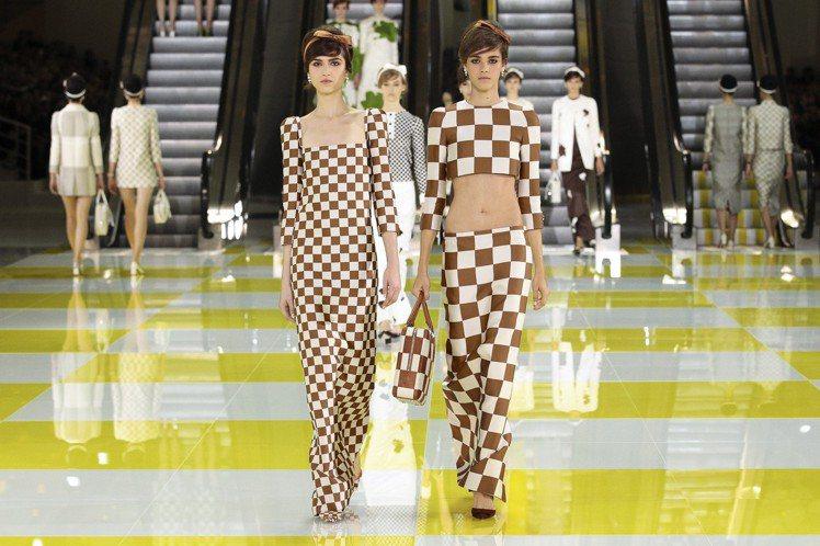 第六展間「藝術邂逅時尚」展出2013春夏女裝秀的造型,由Marc Jacobs和...