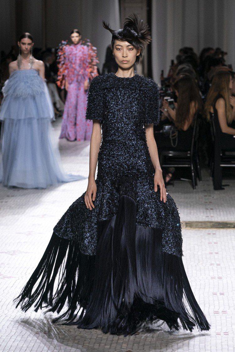 裙襬的奇特輪廓為服裝帶來豐富變化。圖/GIVENCHY提供