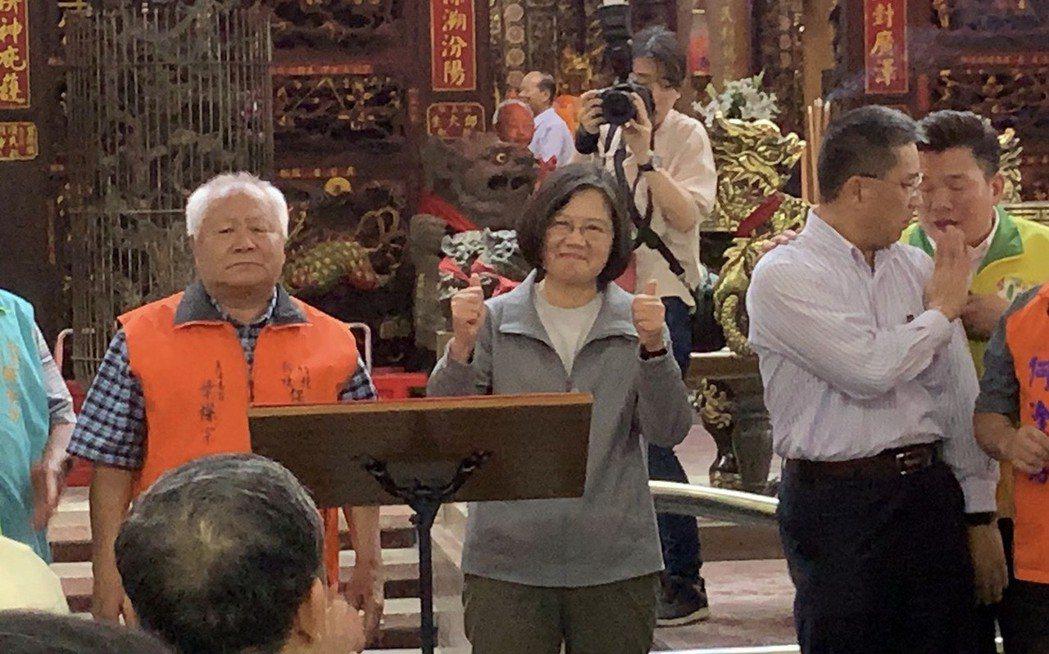 總統蔡英文向鄉親報告好消息,指出台灣目前已從亞太防制洗錢組織觀察名單移除,且台灣...