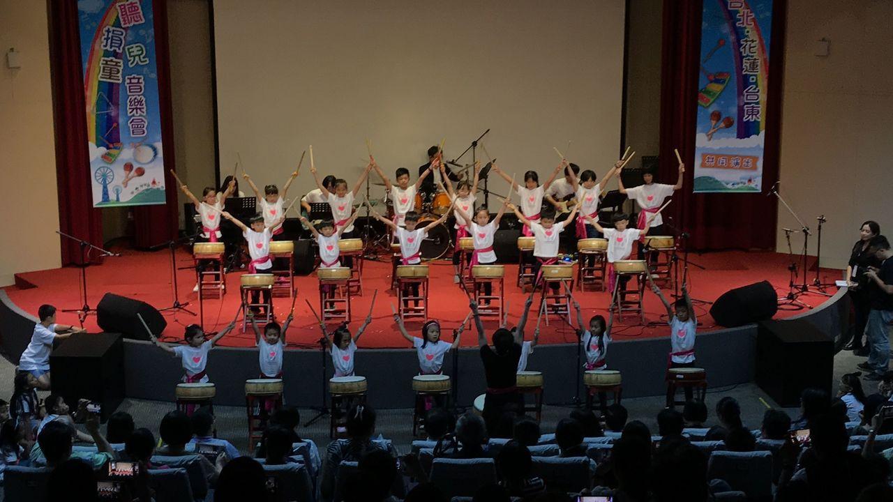 中華民國兒童慈善協會日前舉行「聽損兒童音樂會」,開場由21位小朋友連手打擊太鼓。...
