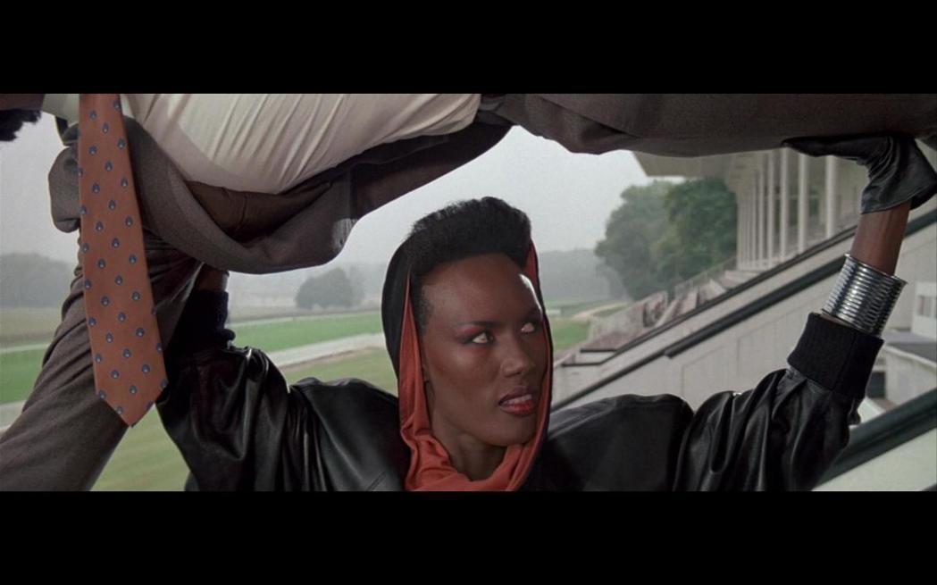 葛麗絲瓊斯在「雷霆殺手」的狠辣剽悍,令觀眾印象深刻。圖/摘自imdb