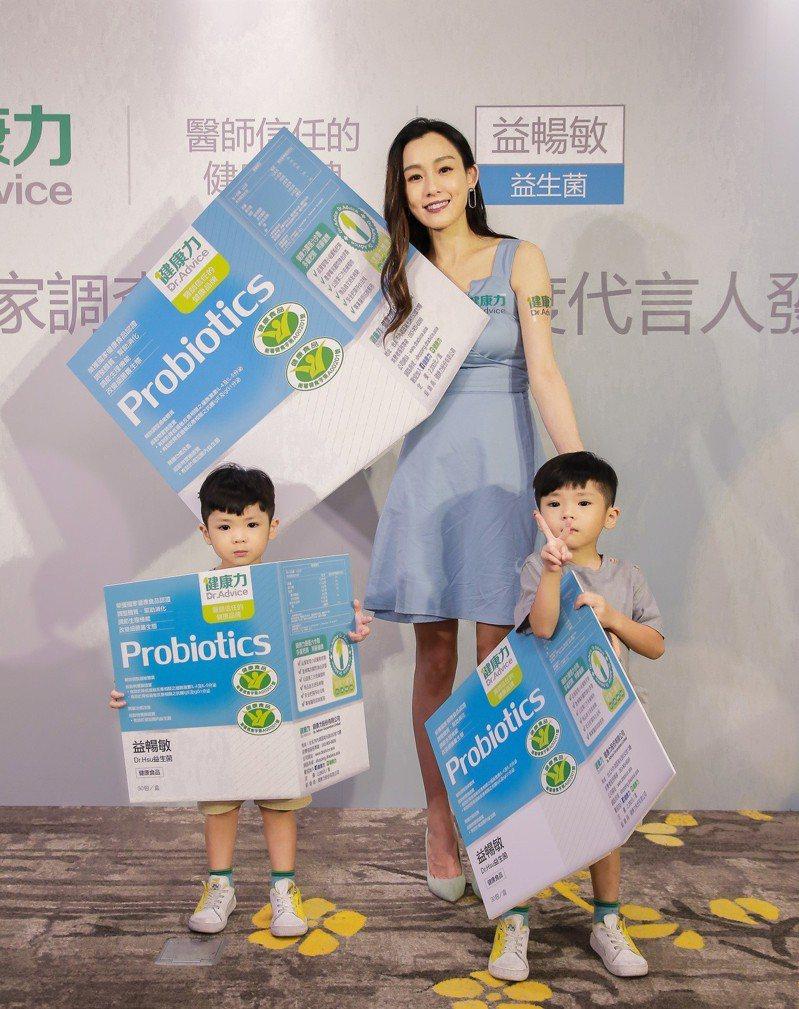 育有雙胞胎兒子的藝人范瑋琪(范范),也透過益生菌產品為孩子調整過敏體質。 圖/健康力提供