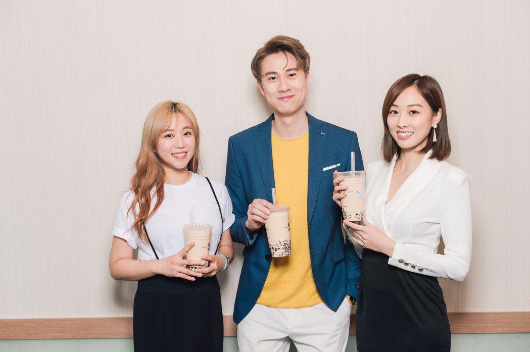 鄭茵聲(左)驚喜現身「男神時代」劇組。圖/東森提供