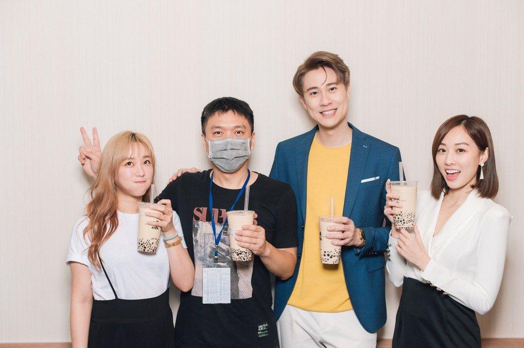 鄭茵聲(左起)探班「男神時代」導演朱峰及劉書宏、夏語心。圖/東森提供