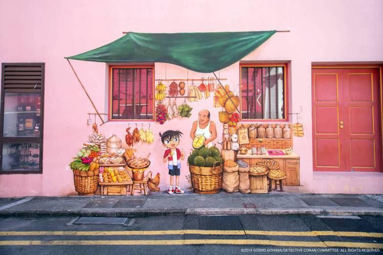 壁畫家葉耀宗在牛車水的史密斯街和南橋路之交叉路口,創作名偵探柯南壁畫。圖/新加坡...