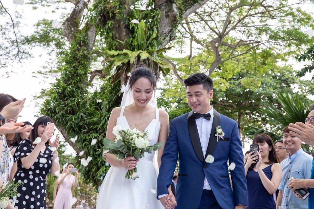 邱馨慧(左)和老公在新加坡舉辦婚禮。圖/凱渥提供