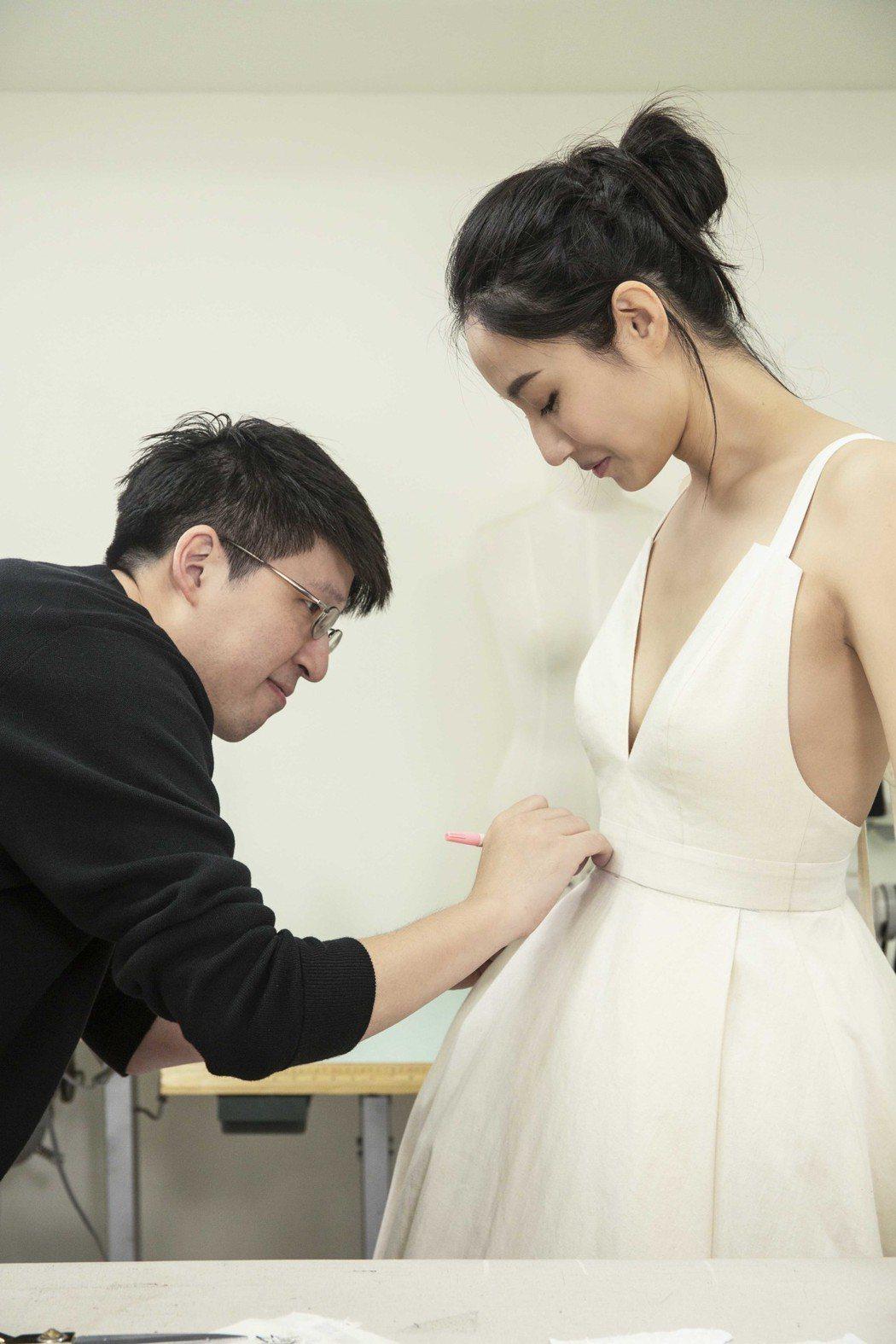 邱馨慧(右)邀請詹朴設計婚紗。圖/凱渥提供