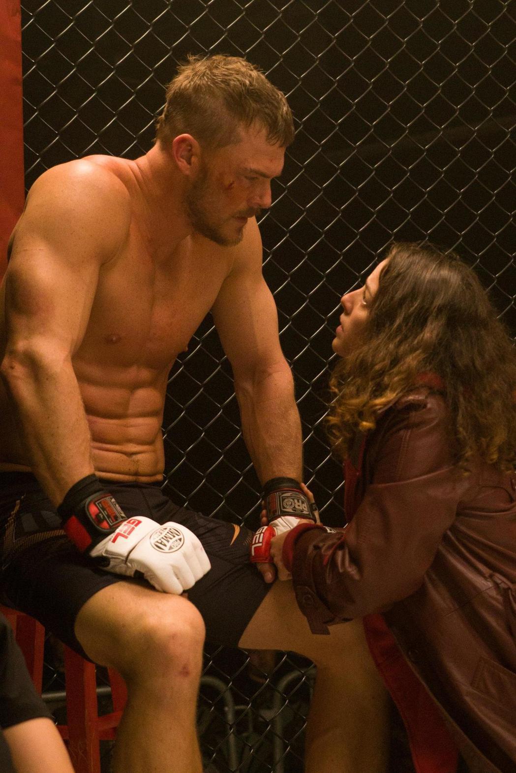 亞倫瑞奇森在「隱形情人」扮演格鬥拳手,藉情節需要大秀體格。圖/威視提供