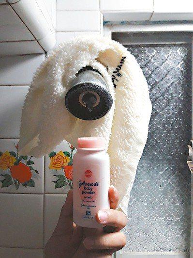 為了擺脫大汗後異味的困擾,決定勤於沖澡,即使外出,也隨身攜帶乾毛巾與痱子粉。 圖...