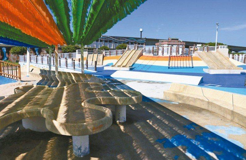大佳河濱公園共融遊戲場兒童戲水區7、8月天天開放。 圖/台北市政府工務局水利工程處提供