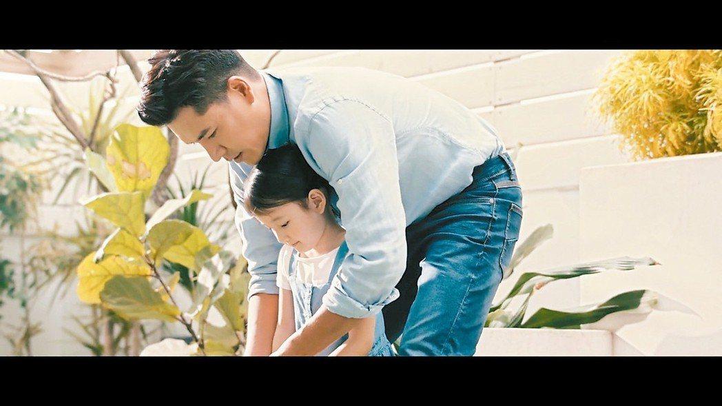 王傳一接下奶粉代言,拍攝廣告時流露滿滿父愛。 圖/嚞娛樂提供