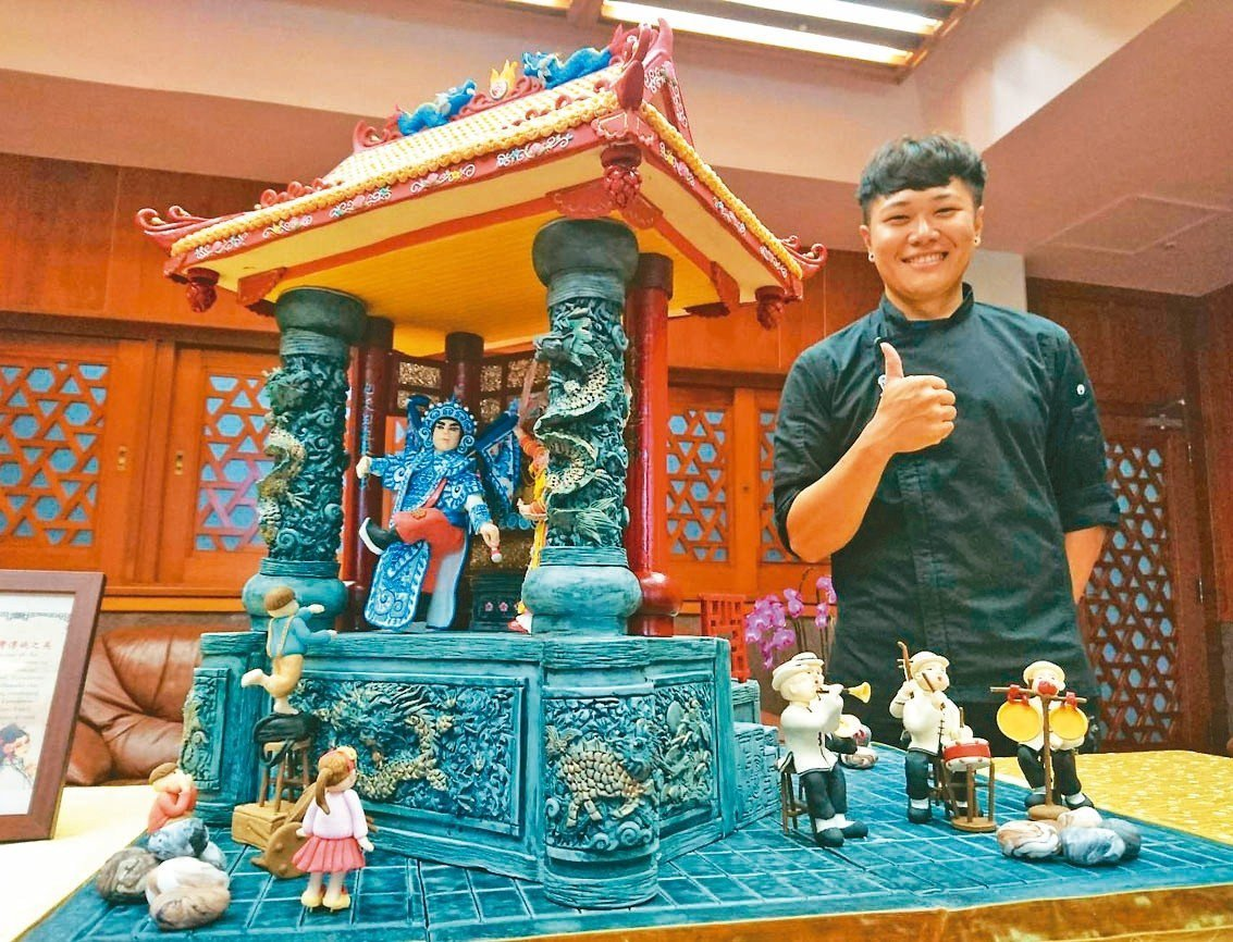 城市科大餐飲系學生蕭仁孟的翻糖作品,精雕細琢,360度都有景,戲台美輪美奐,演員...