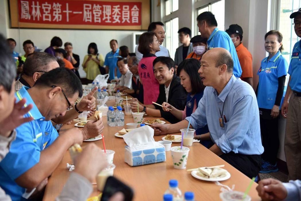 高市長韓國瑜(坐右一)關心大林蒲遷村,傾聽居民心聲。 圖/高雄市政府提供