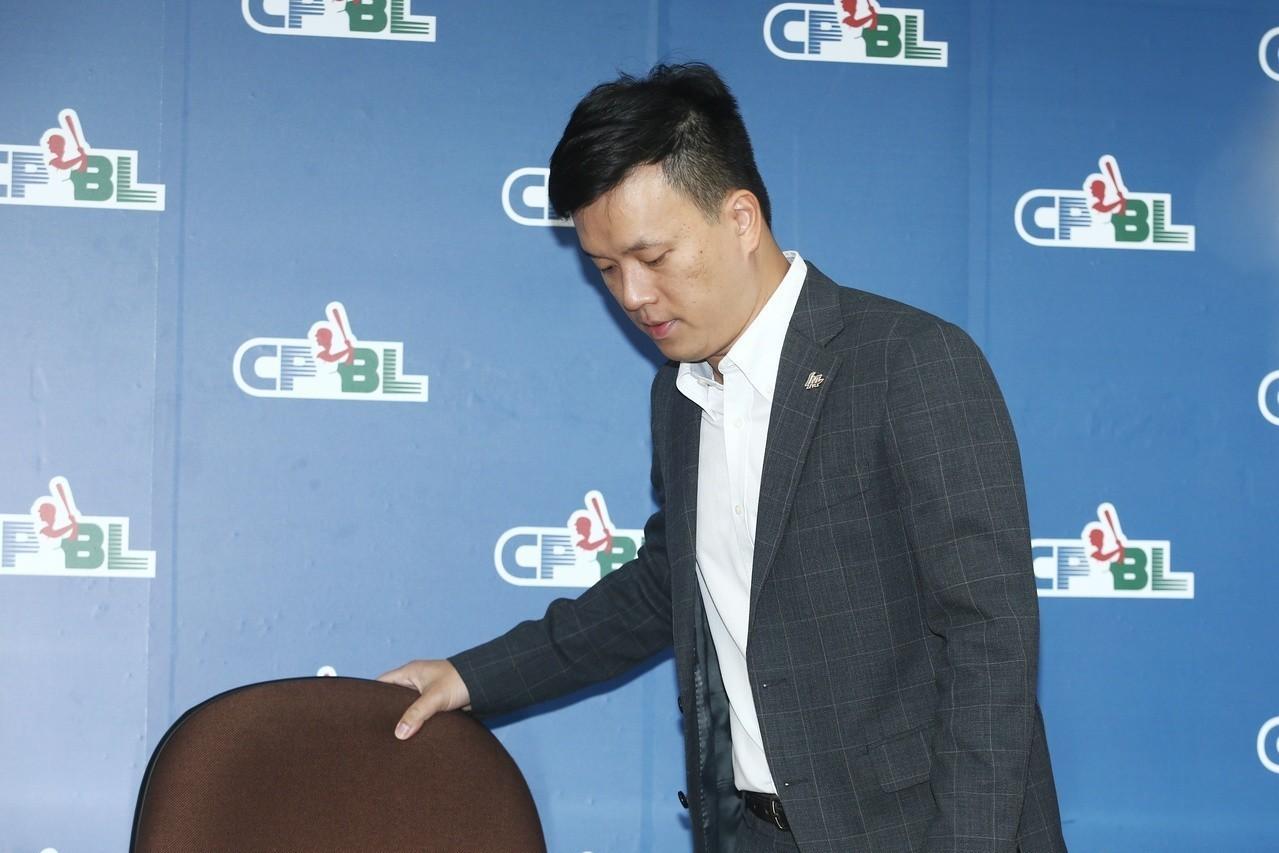 猿隊領隊劉玠廷針對球隊轉賣一事,明天上午11點將和樂天代表在聯盟召開記者會。 聯...