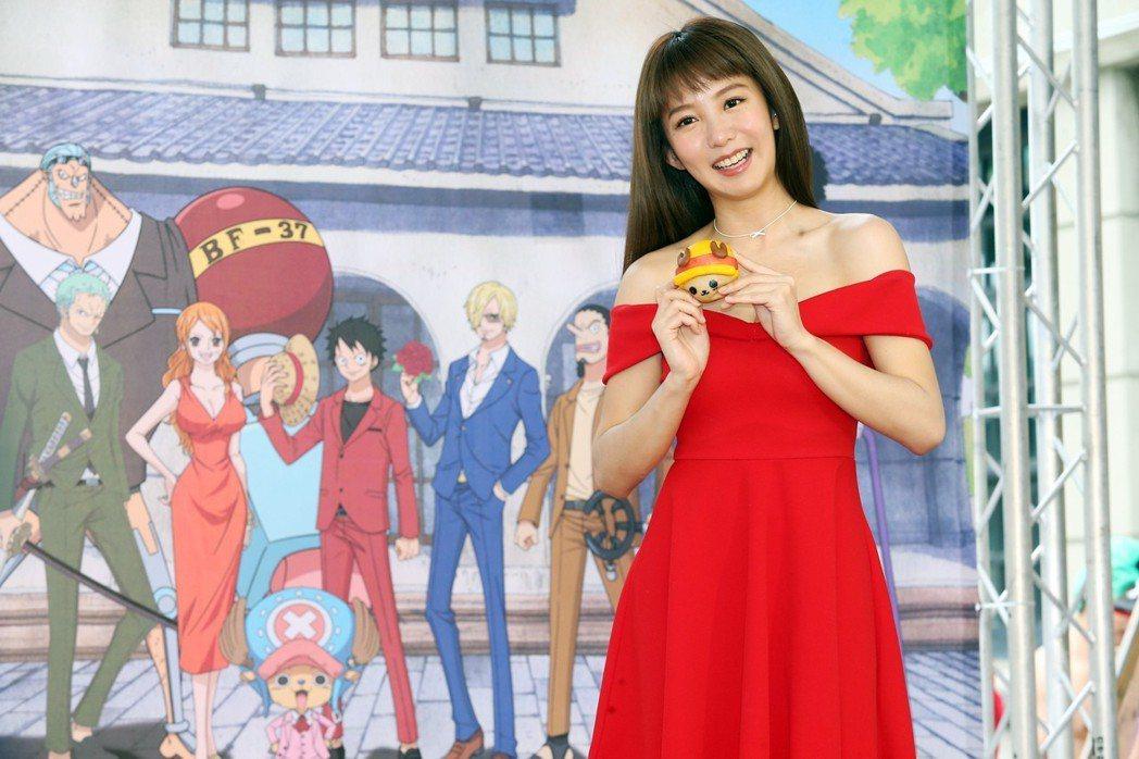 郭書瑤下午身穿紅色低肩小洋裝出席「ONE PIECE動畫二十週年紀念特展」開展記