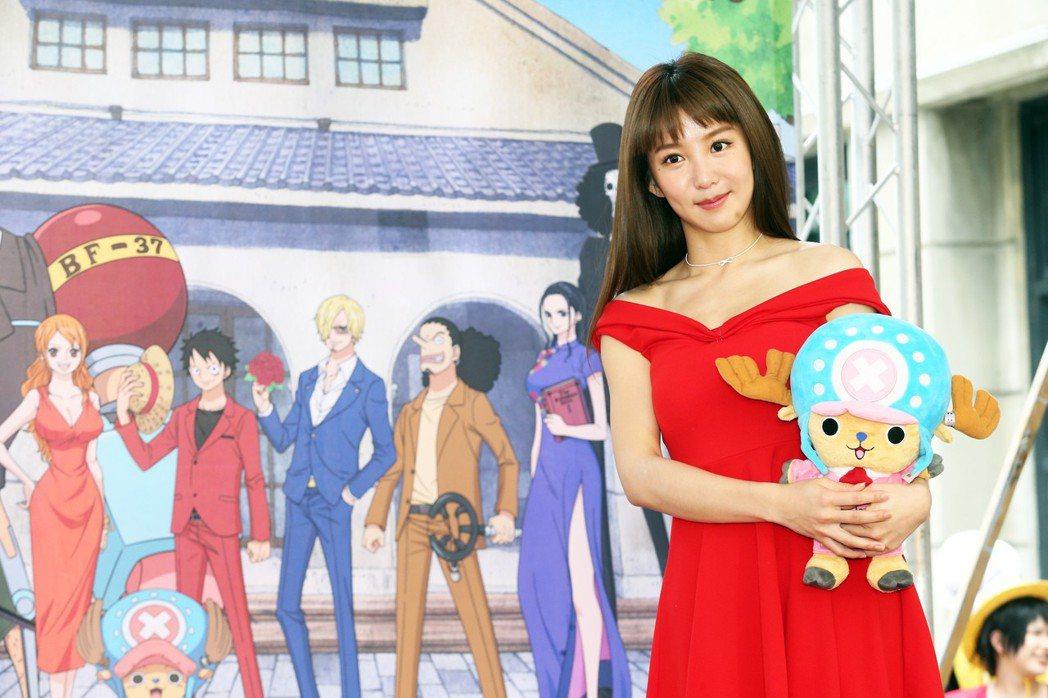 郭書瑤下午身穿紅色低肩小洋裝出席「ONE PIECE動畫二十週年紀念特展」開展記...