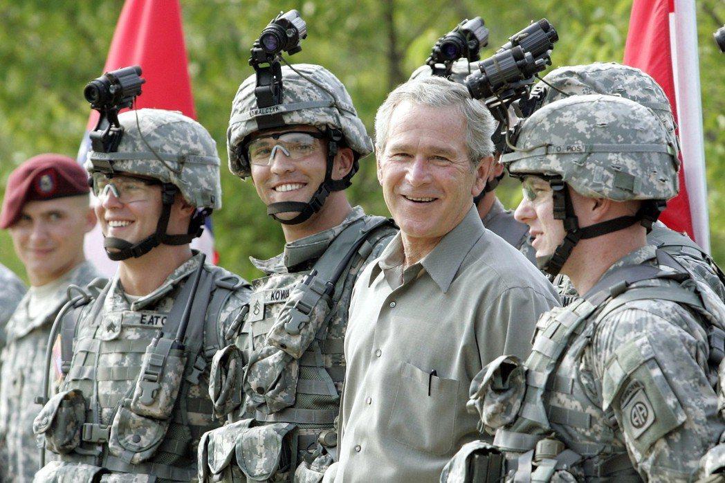 小布希(前右二)2006年國慶到北卡州的布雷格堡陸軍特種部隊司令部視察。(美聯社...