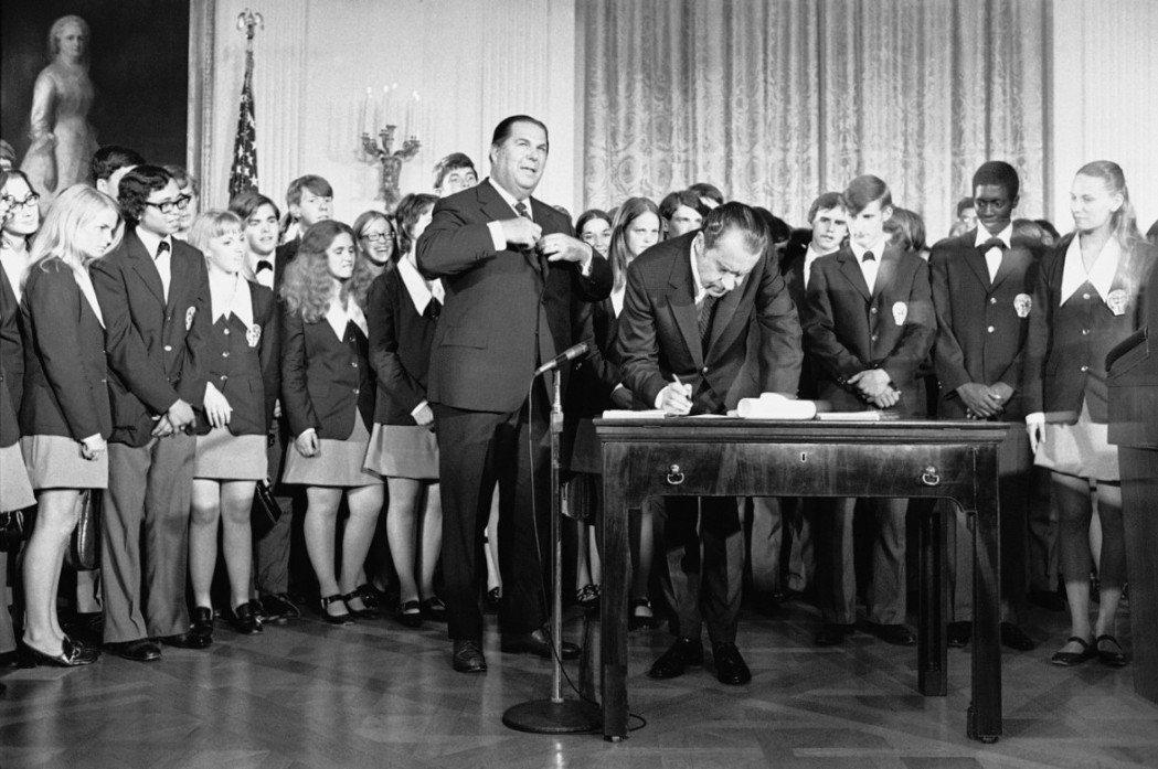 尼克森1971年國慶日簽署憲法第26條修正案,將投票權年齡自21歲下修至18歲。...