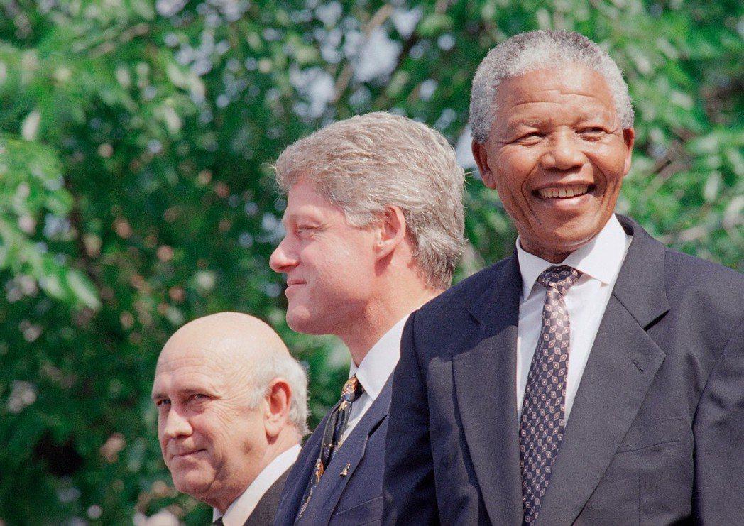 柯林頓(中)1993年國慶找來南非前後任總統戴克拉克(左)與曼德拉(右)予以表揚...