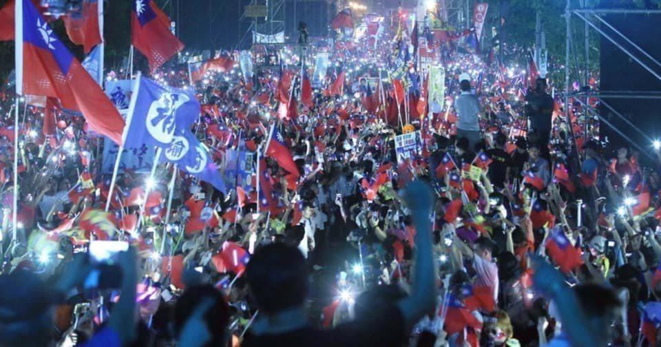 高雄市長韓國瑜去年11月在岡山造勢,在「夜襲」軍歌中進場,民眾熱情,一度使韓寸步...