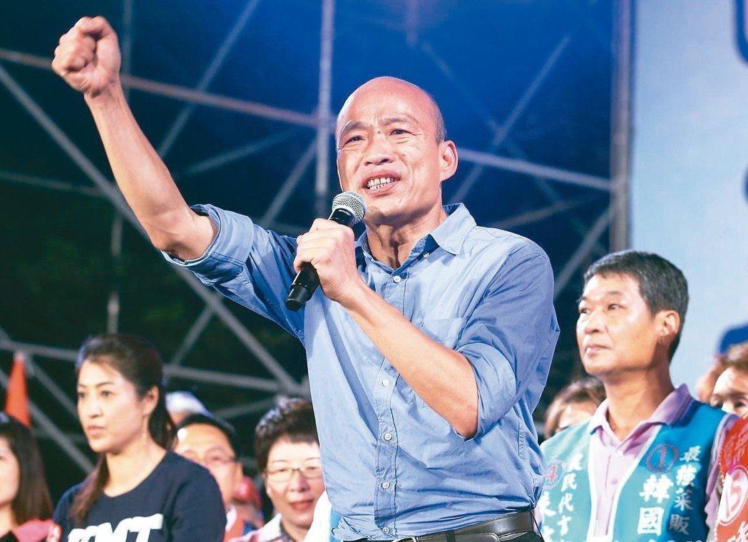 高雄市長韓國瑜去年競選市長時,在造勢場上領唱軍歌「夜襲」。 圖/聯合報系資料照片