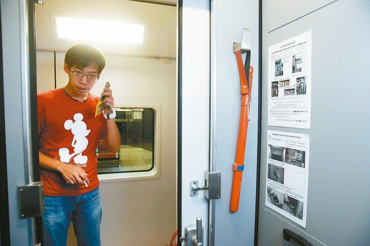 台鐵列車的列車長室有配備警棍。 記者邱德祥/攝影