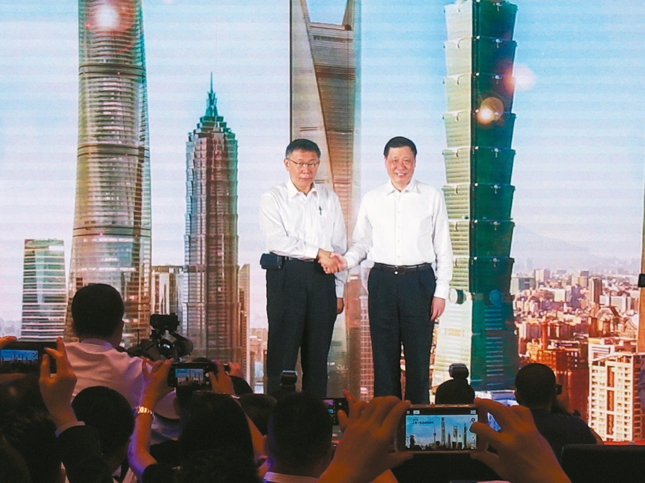 台北、上海雙城論壇今登場,台北市長柯文哲(左)、上海市長應勇兩人在致詞時不約而同...
