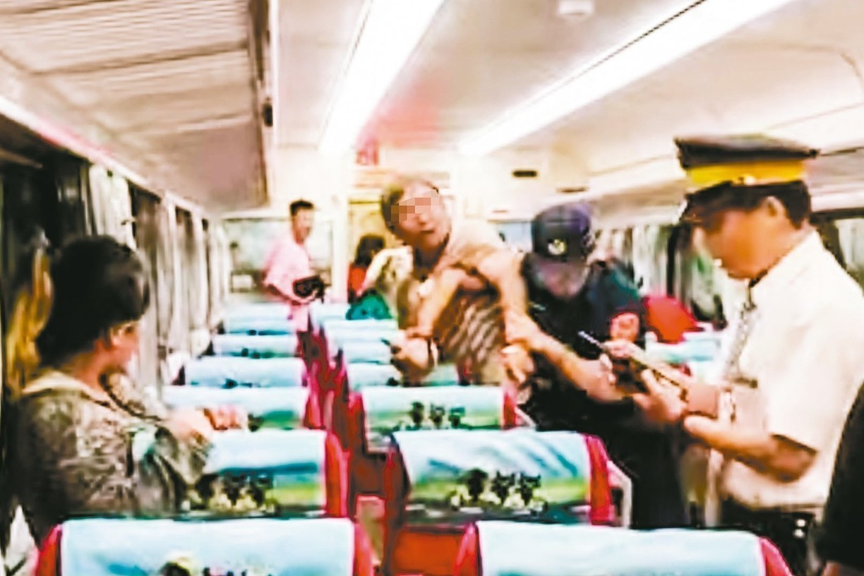 鄭姓男子昨晚搭乘自強號列車,因不願意補票與列車長發生拉扯,台鐵嘉義站警員李承翰上...