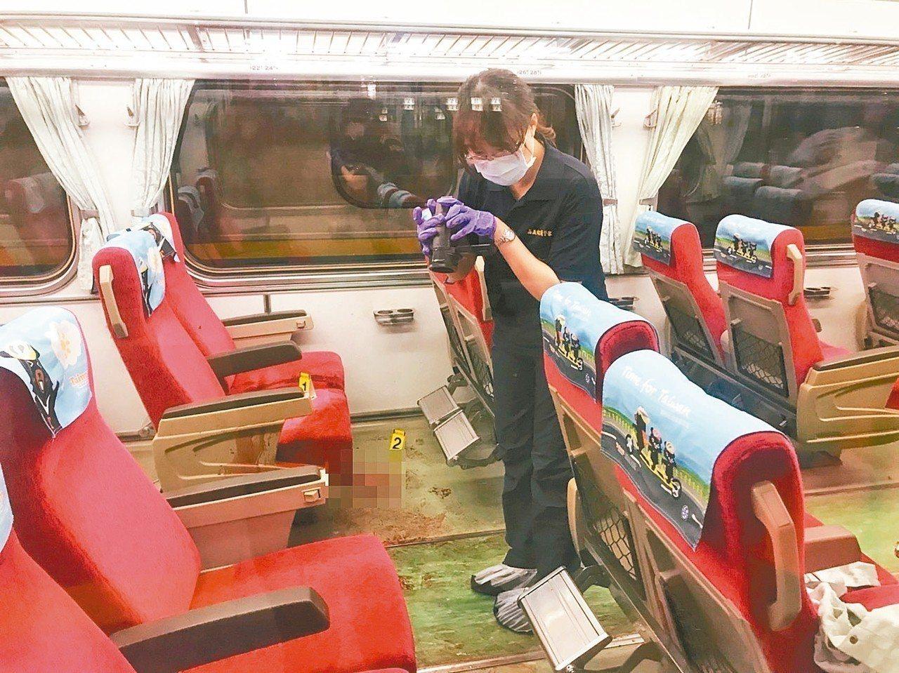 列車上血跡斑斑,鑑識人員蒐證。 記者姜宜菁/攝影