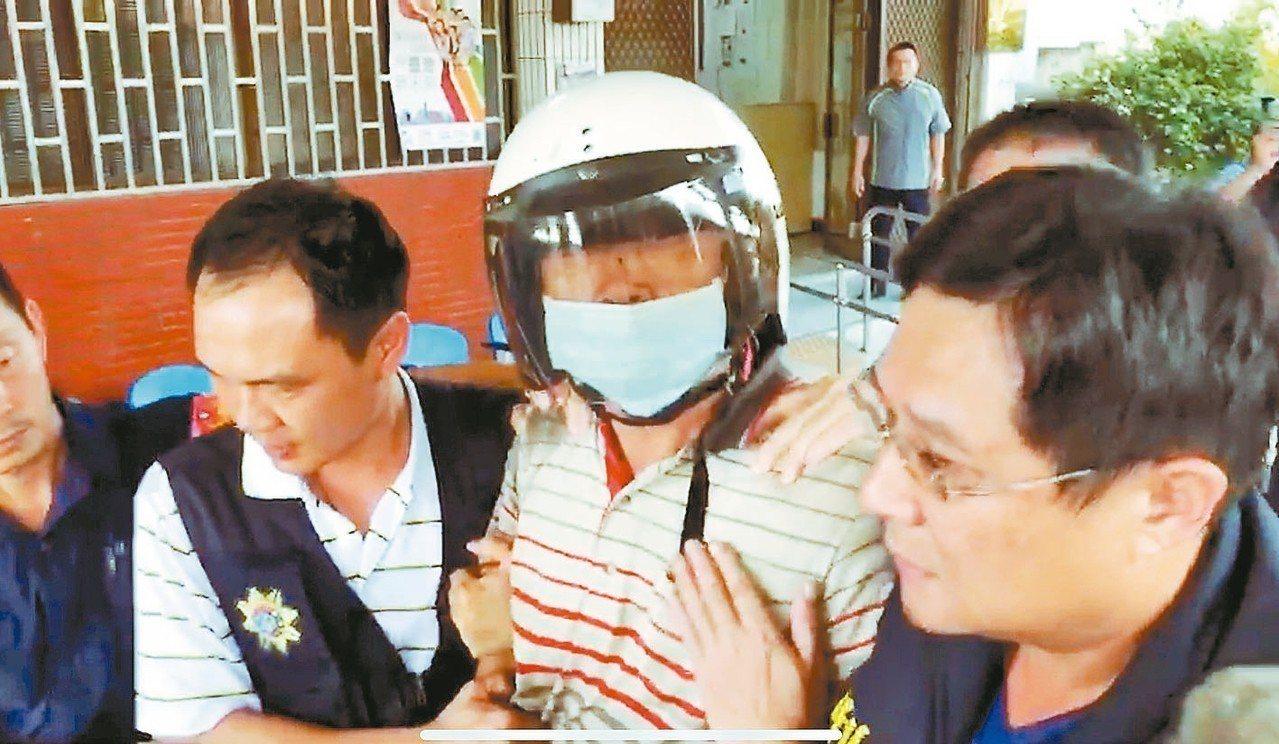 鄭男上午移送時,仍不斷咆哮「這是有計畫的殺人…」。 記者姜宜菁/攝影