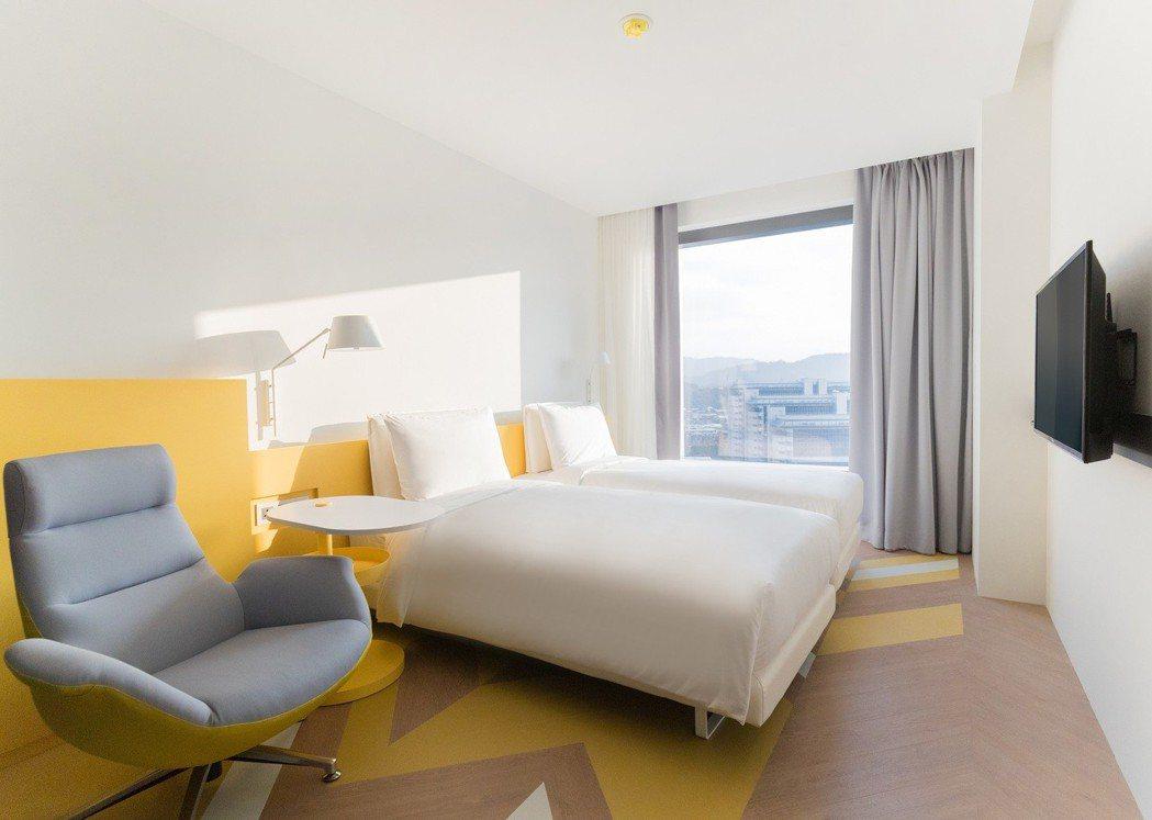 房內即能感受到大膽的北歐配色,地板採黃、灰及木紋之組合,文青時尚感足。南港老爺行...