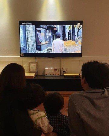 前陣子宋慧喬與朴寶劍一同演出《男朋友》,哥哥宋承基當時還分享一家四口看弟媳演出的...