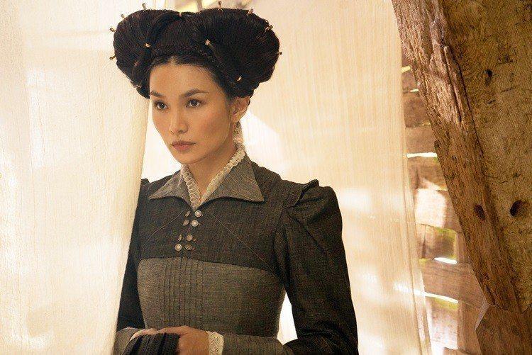 Gemma Chan在《雙后傳》中飾演白人角色Bess of Hardwick。...